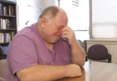 ensom mand græder